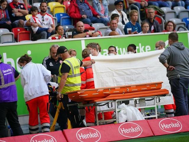 Schrecksekunde bei Fortuna-Heimspiel: Junge Frau bricht im Stadion zusammen