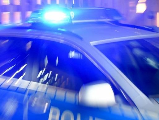 Überfall auf Tankstelle: Räuber bedroht Mitarbeiterin mit Schusswaffe