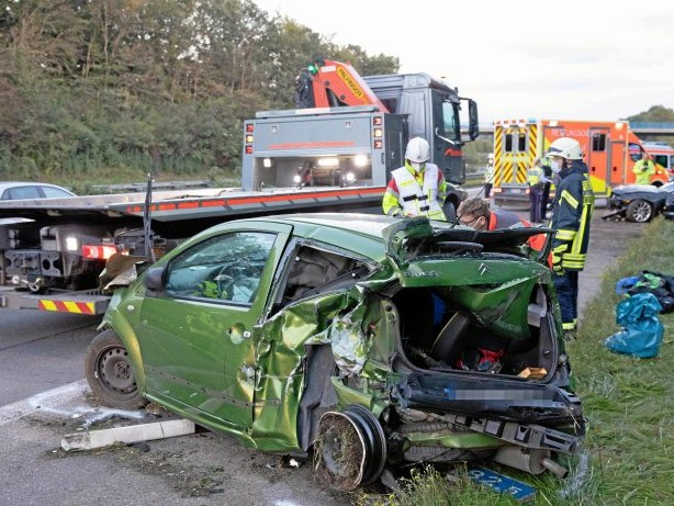 Unfall: Unfall auf A 45: Fahrer überschlägt sich – Vier Verletzte