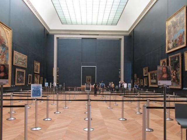 Mona Lisa hinter Zick-Zack-Barrieren