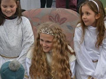 Dieses Christkind ist so echt, das hat sogar echte Haare