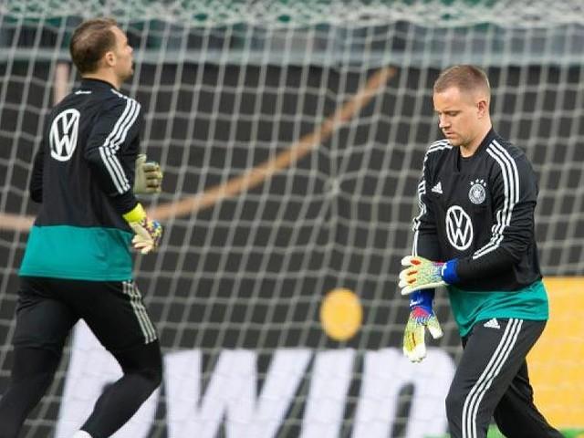 Duell zwischen den Pfosten - Torwart-Frage im DFB-Team: Löw sollte gegen Serbien Neuer spielen lassen