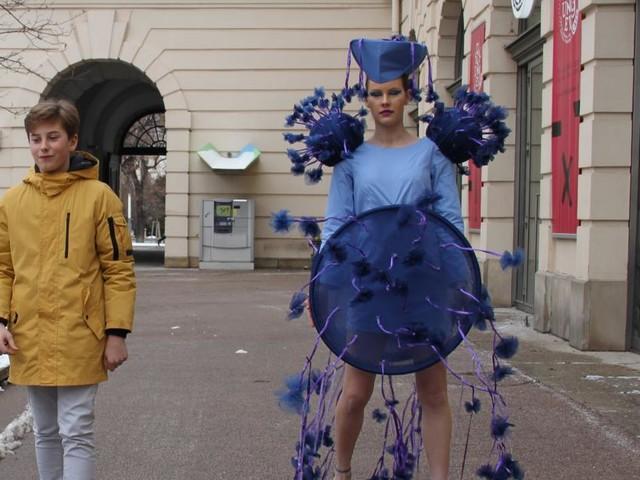 """Corona-Kleid, Recycling-Gewänder und """"Modell Gleichberechtigung"""""""