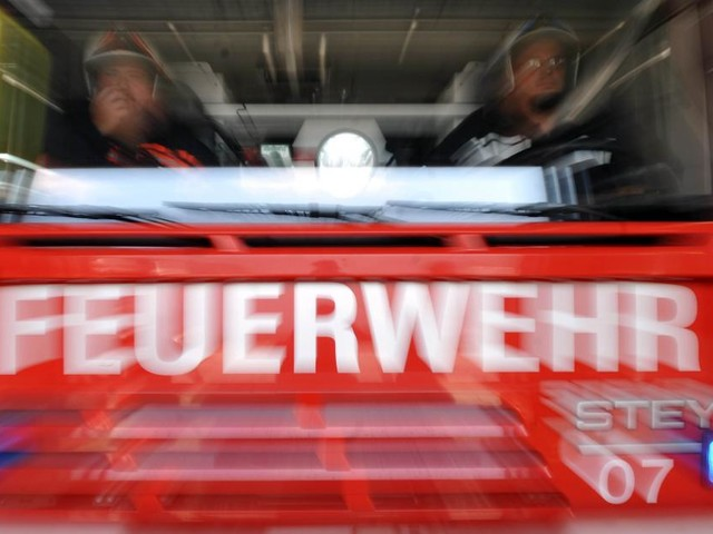 Niederösterreich: Lagerhalle von Lackiererei in Vollbrand
