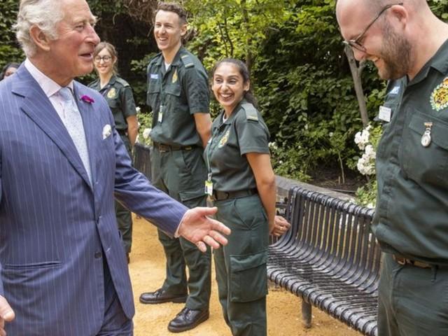 Besuch eines Krankenhauses: Prinz Charles entsetzt über Angriffe auf Rettungskräfte