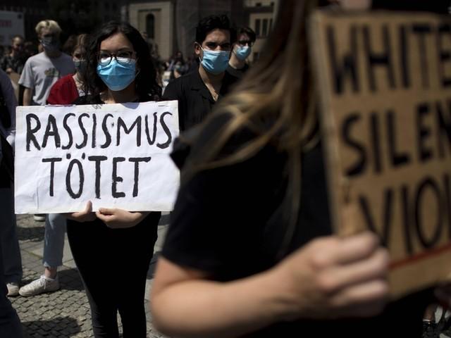 """""""Die Polizei muss aufhören, bewaffnet aufzutreten"""": Aktivist ein Jahr nach George Floyds Tod über rassistische Polizeigewalt in Deutschland"""