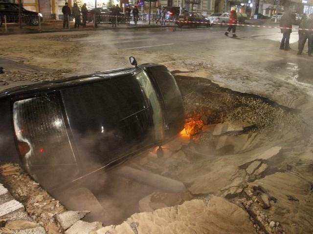 Ukraine: Wasserrohrbruch in Kiew - Auto von Straße verschluckt