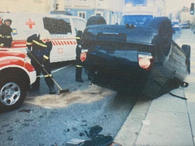 Auto schlitterte in St. Pölten 100 Meter auf dem Dach