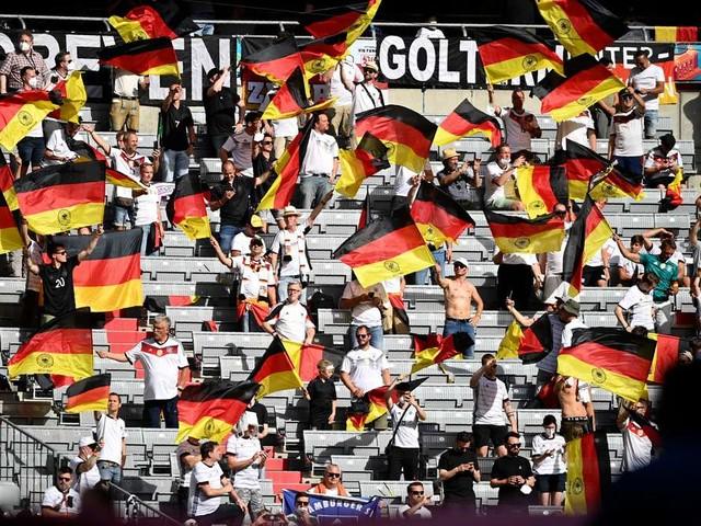 Wieder Masken-Fiasko bei EM in München! Holetschek übt scharfe Kritik und warnt eindringlich