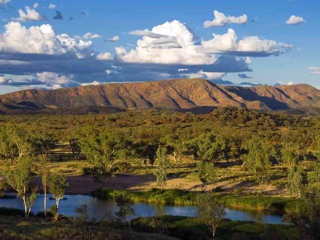 Begleiterinnen werden noch vermisst: Frau nach zwölf Nächten im australischen Outback völlig dehydriert gefunden