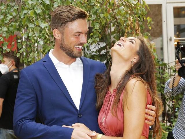 Total verturtelt: Bachelor-Paar Niko und Michèle verliebt auf erstem Event