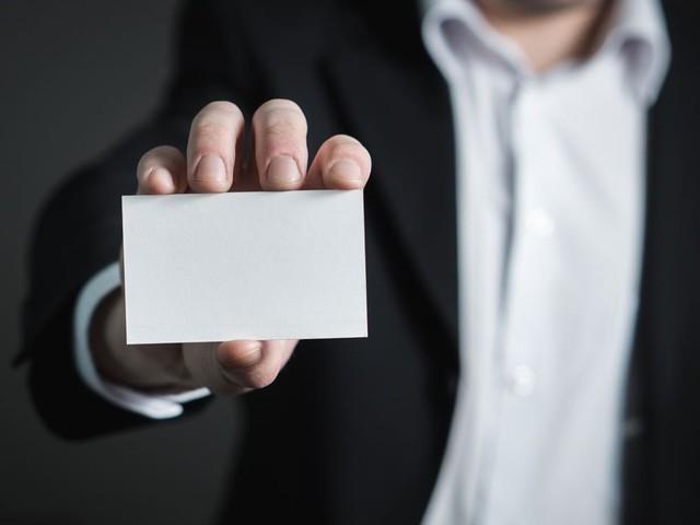 Darf ich Ihnen meine Karte geben? Darum hält sich die Visitenkarte