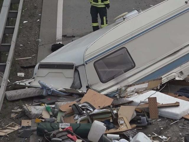 A1-Unfall-Tragödie! Lkw walzt über Familien-Wohnwagen - Eklat um Gaffer