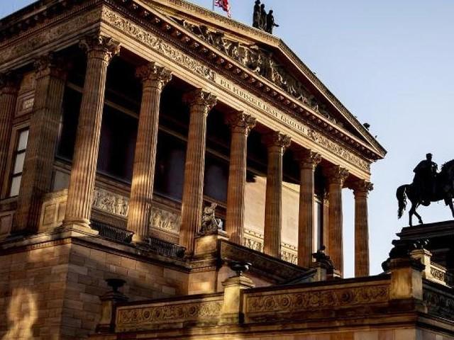 Große Granitschale beschmiert - Zweiter in wenigen Wochen: Erneut Vandalismus auf Berliner Museumsinsel