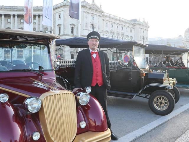 Konkurrenzkampf in der Wiener City: Fiaker gegen E-Oldtimer