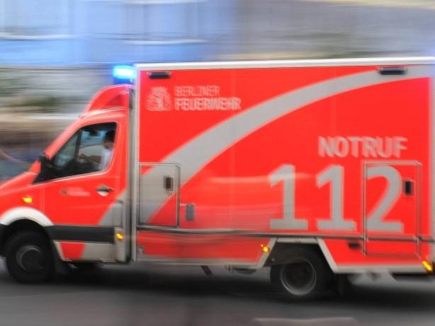 Ermittlungen: Unbekannte lösen Radmuttern an parkendem Rettungswagen