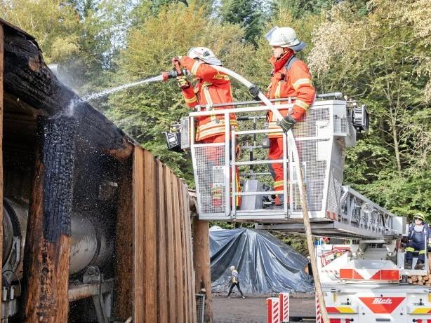 Feuerwehreinsatz: Kreuztal: Feuerwehr löscht Brand an Holzkonstruktion