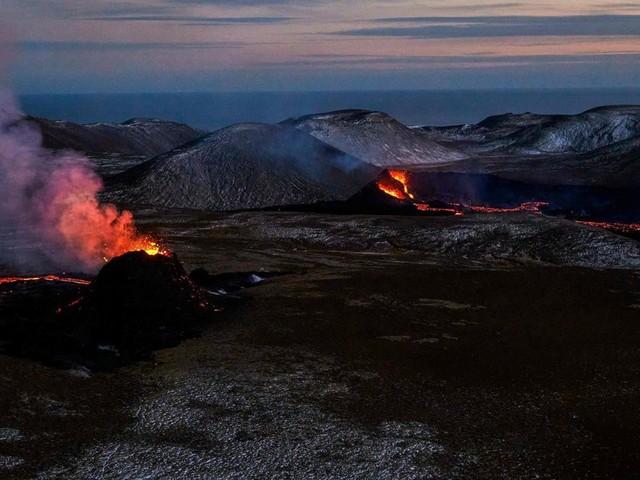 Isländischer Vulkan reißt Erde auf – Lava quillt aus Felsspalte
