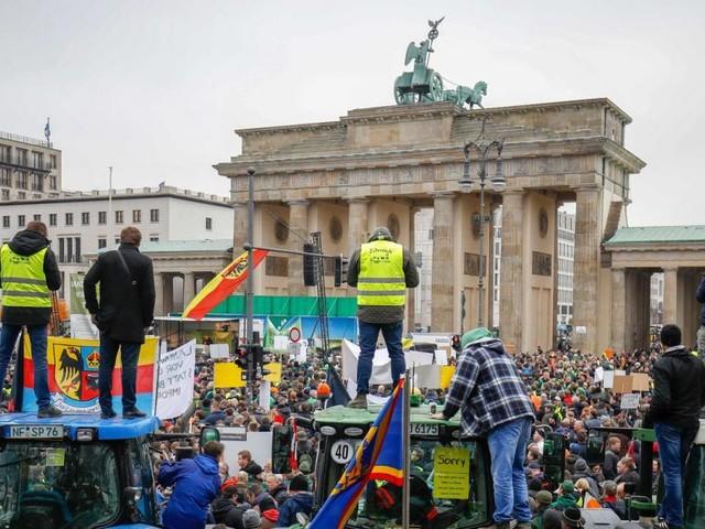 Traktoren vorm Brandenburger Tor: Bauernaufstand in Berlin