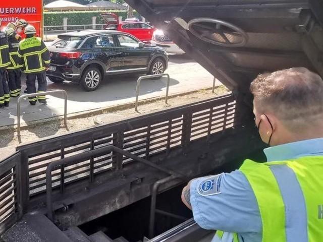 U-Bahn fährt in Tunnel gegen Bohrer