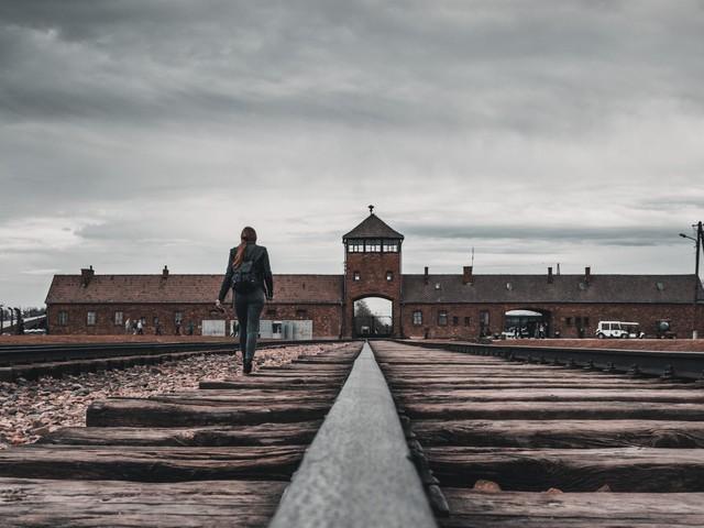 KZ-Besucher sollen keine Fotos auf Gleisen machen