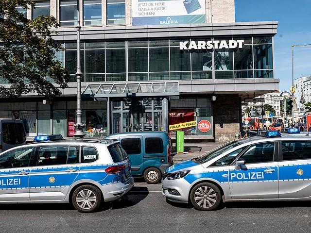 Unübersichtliche Lage - Raubüberfall und Reizgasangriff bei Berliner Karstadt - viele Einsatzkräfte vor Ort