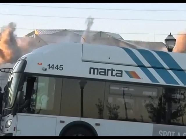 Super Timing: Bus photobombt Aufnahme einer Sprengung