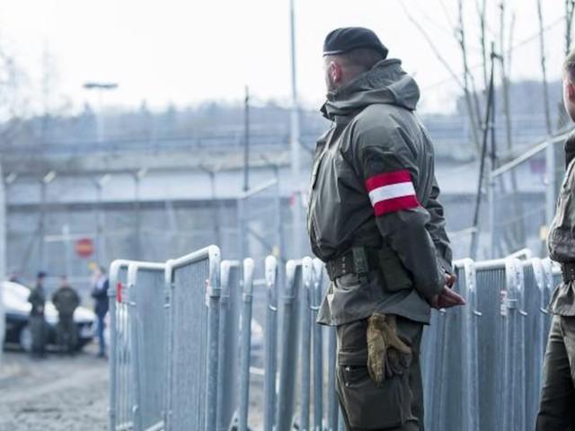 Innenminister teilt mit - Steigende Flüchtlingszahlen: Österreich schickt mehr Soldaten an seine Grenze