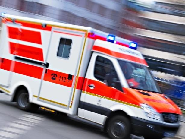 Hälssen und Lyon: Arbeitsunfall: 100-Kilogramm-Palette fällt auf Arbeiterin