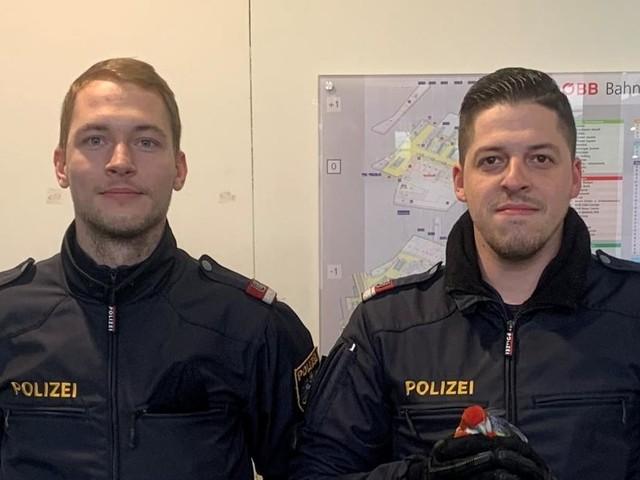 Tierischer Einsatz am Wiener Hauptbahnhof: Polizisten fangen Papagei