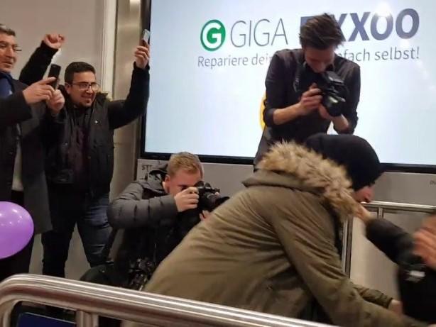 Ankunft in Düsseldorf: Issa (3) ist zurück in Deutschland