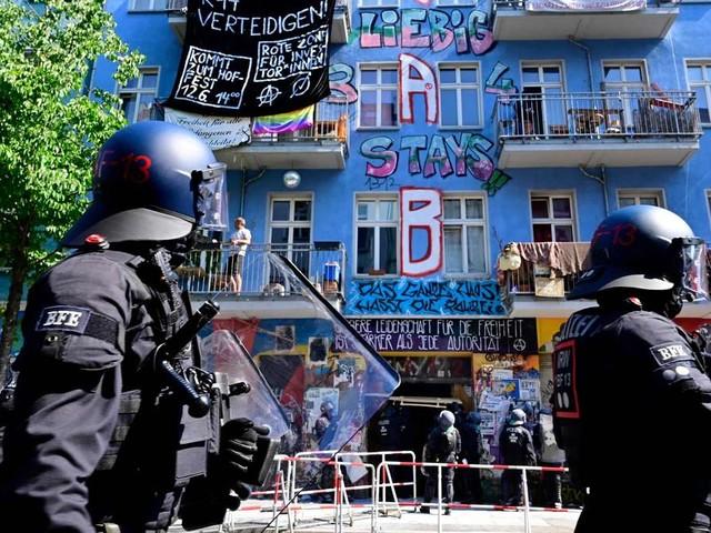 """Konflikt um """"Rigaer 94"""": Polizei bricht Tür mit Kettensäge auf"""
