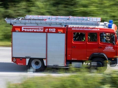 Kühlschrankbrand in Hochhaus: Mehrere Menschen verletzt