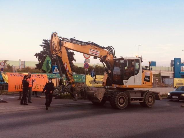 100 Aktivisten blockieren Baustelle der Stadtstraße in Hirschstetten