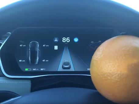 Wie man mit einer Orange den Tesla-Autopiloten hackt