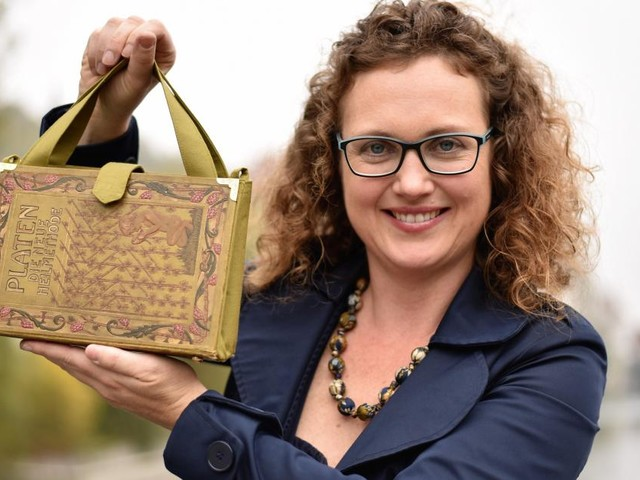 Erlesen: Bernadette Hartl macht aus alten Büchern Damentaschen