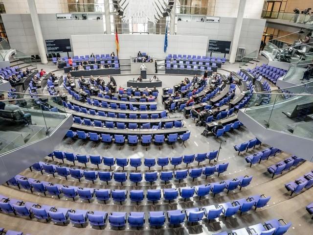 Kopf-an-Kopf-Rennen um Merkels Nachfolge: Der Superwahltag im Live-Ticker