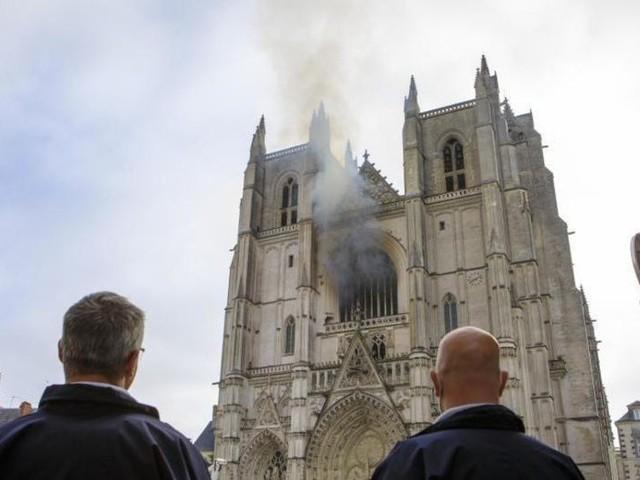 Möglicherweise Brandstiftung: Feuer in Kathedrale von Nantes