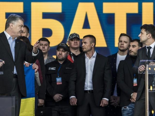 Poroschenko und Selensky vor der Stichwahl in der Ukraine: Schlammschlacht im Stadion