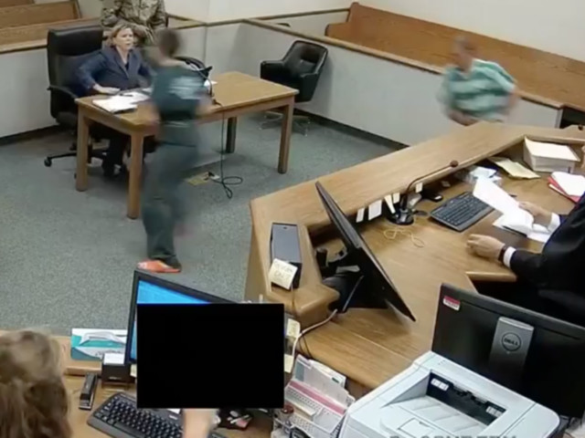 Angeklagte wollen aus Gericht flüchten – dann greift Richter durch