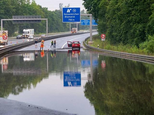 Überschwemmungen in Deutschland: Fluten überrumpeln Autofahrer – Kellern und Straßen unter Wasser