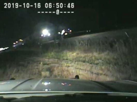 Dashcam filmte alles: US-Polizist rettet bewusstlosen Autofahrer nur Sekunden vor Zusammenstoß mit Zug
