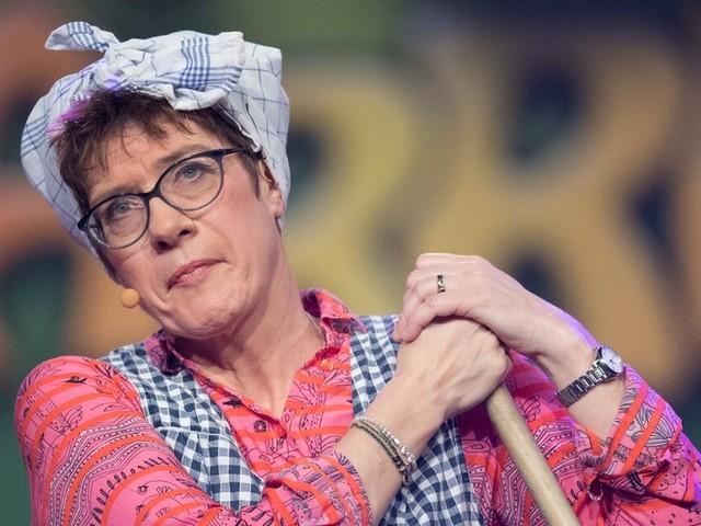 Kramp-Karrenbauer zieht im Karneval als Putzfrau vom Leder