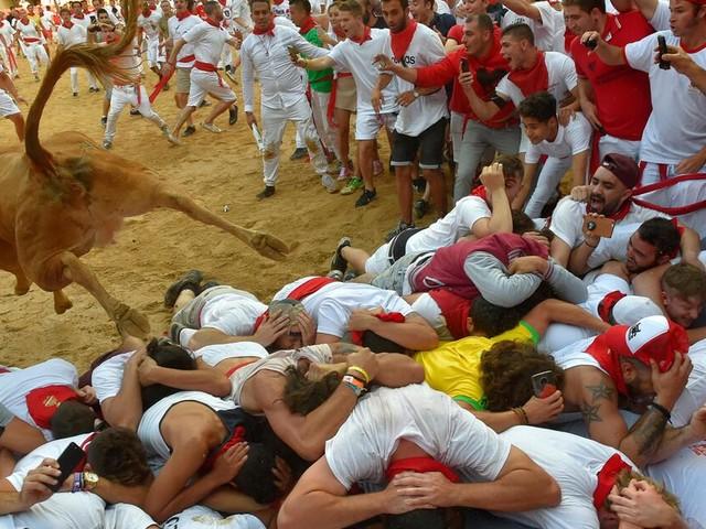 Brände, Hochwasser, Bullenrennen und Sportereignisse: Die Bilder der Woche