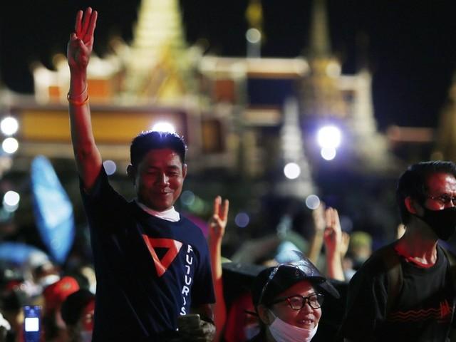 Drei Finger für die Demokratie: Junge Thais fordern Reformen