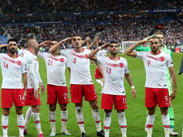 """Türkische Nationalspieler salutierten zuletzt nach Toren - """"Grenzt an Rassismus"""": Türkischer Botschafter verurteilt Kritik an Militärgruß"""