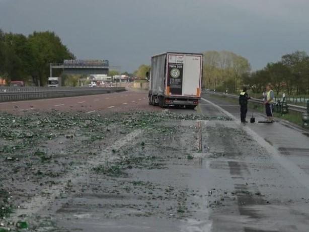 Verkehr: Lastwagen verliert Bierkisten: Autofahrer räumen A1 frei