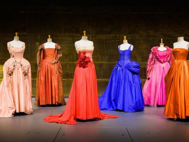 Was die Kleider der Buhlschaft über Rolle und Schauspiel erzählen