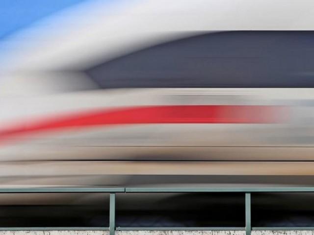 Betrunkener Fahrgast greift Zugführer an – und erzwingt Stopp