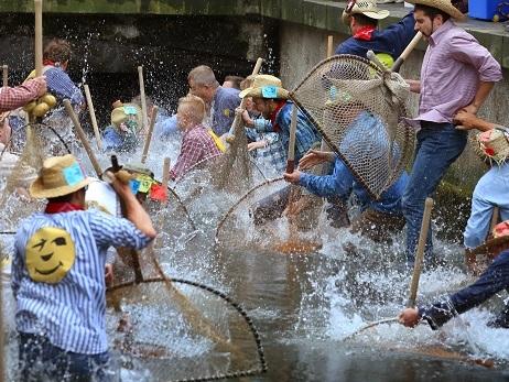 LG Memmingen zum Vereinsrecht: Frau darf am traditionellen Stadtbachfischen teilnehmen
